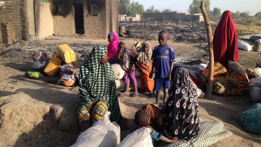 13 février 2015. De Ngouboua, petit village sur les rivages du lac Tchad, il ne reste que ruines et cendres. Alors les familles restantes ont rassemblé les affaires qui leur restent et s'apprêtent à quitter leur lieu de vie. AFP PHOTO / STEPHANE YAS