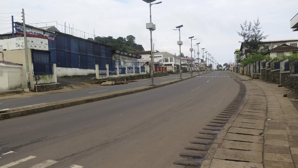 Une rue déserte dans la capitale de la Sierra Leone, au premier jour de confinement de la population pour lutter contre le virus Ebola. Freetown, le 19 septembre 2014.