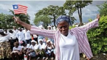 Une femme prie pour la fin de l'épidémie d 'Ebola