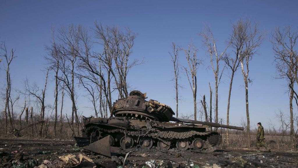 Char ukrainien détruit non loin de Debaltseve, le 22 février 2015. REUTERS/Baz Ratner