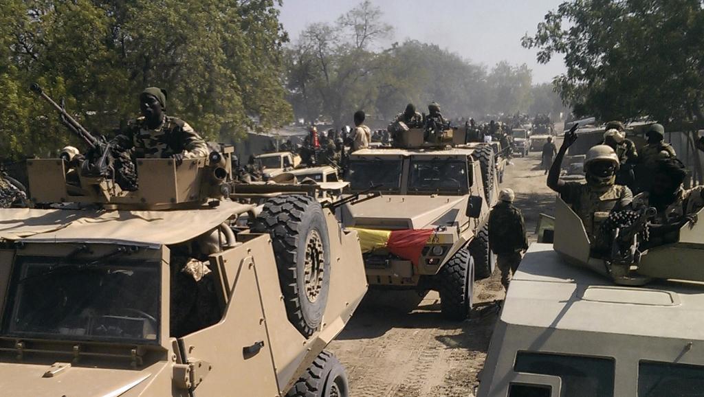 Des éléments de l'armée tchadienne dans les rues de Gambaru, au Nigeria, le 4 février 2015. REUTERS/Stringer