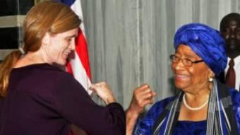 L'ambassadrice américaine auprès des Nations Unies Samantha Power saluant la présidente libérienne Ellen Johnson Sirleaf en octobre 2014.
