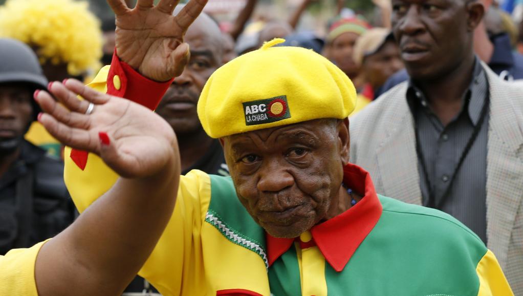Le Premier ministre du Lesotho, Thomas Thabane, lors d'un bain de foule dans la capitale, le 26 février. REUTERS/Siphiwe Sibeko