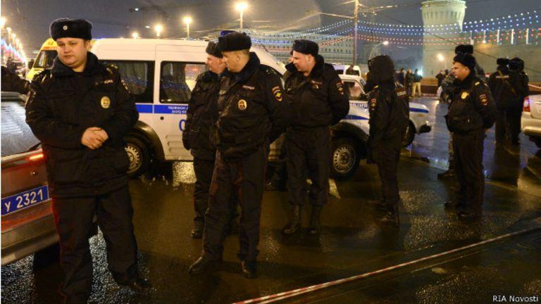 Présence de la police russe sur les lieux de l'assassinat de Boris Nemtsov.