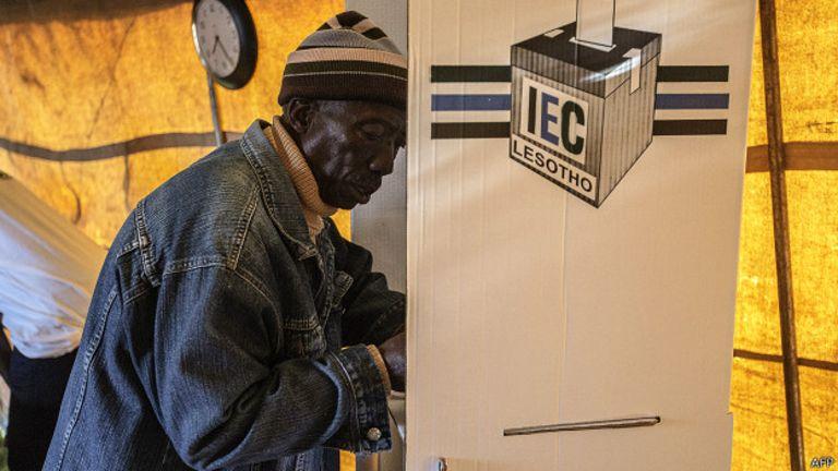 Un électeur lesothan dans un bureau de vote.