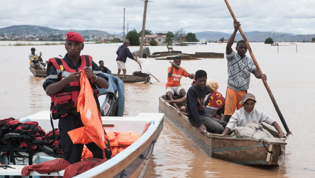 Des habitants du village de Soavina sont évacués sur des pirogues, le 27 février. AFP PHOTO / RIJASOLO