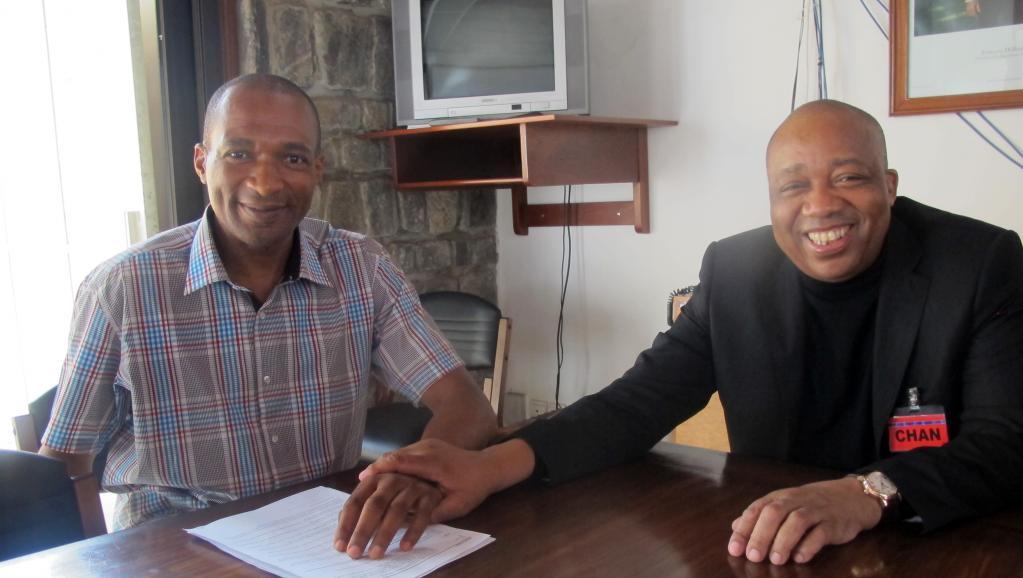 Thierry-Michel Atangana (g), en compagnie de son avocat, Charles Tchoungang à Yaoundé, au lendemain de sa sortie de prison, le 25 février 2014.