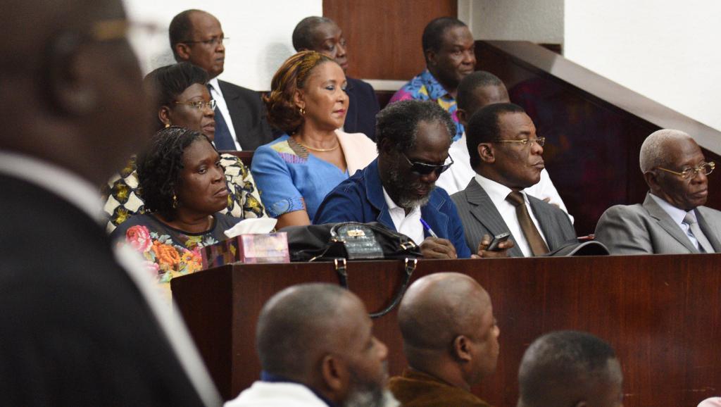 Au premier rang, l'ex-Première dame de Côte d'Ivoire Simone Gbagbo, l'ex-Premier ministre Ake N'Gbo, le président du FPI Pascal Affi N'Guessan et le vice-président du FPI Aboudramane Sangare, à l'ouverture de leur procès à Abidjan, le 26 décembre 2014. AFP PHOTO / SIA KAMBOU