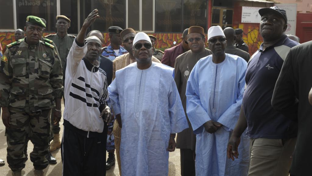 Le président malien IBK (au centre à droite) et le Premier ministre Modibo Keïta (à sa gauche) se sont rendus sur les lieux de l'attentat, samedi 7 mars 2015. AFP PHOTO/STRINGER