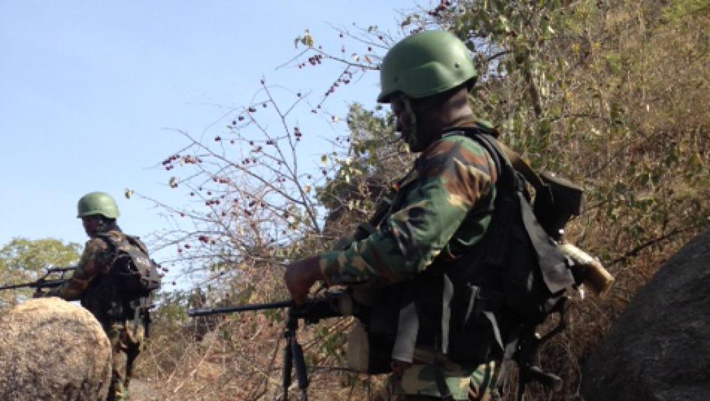Les soldats de l'armée de terre camerounaise déployés sur le poste avancé de Mabass. Une colline sur la frontière avec le Nigeria, en bas des villages occupés par Boko Haram au mois de février.