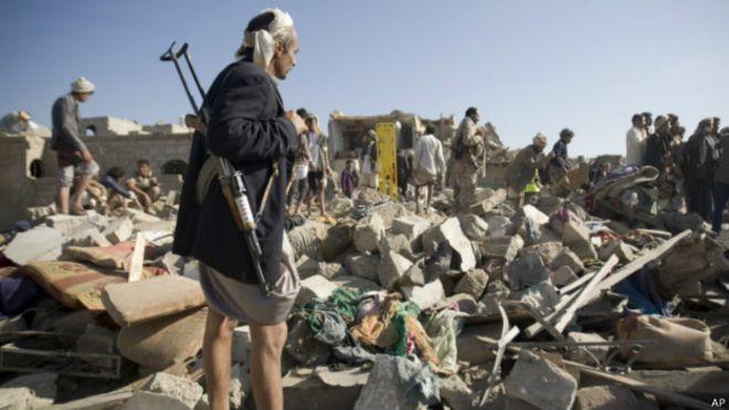 La destruction est visible jeudi près de l'aéroport de Sanaa, la capitale du Yémen