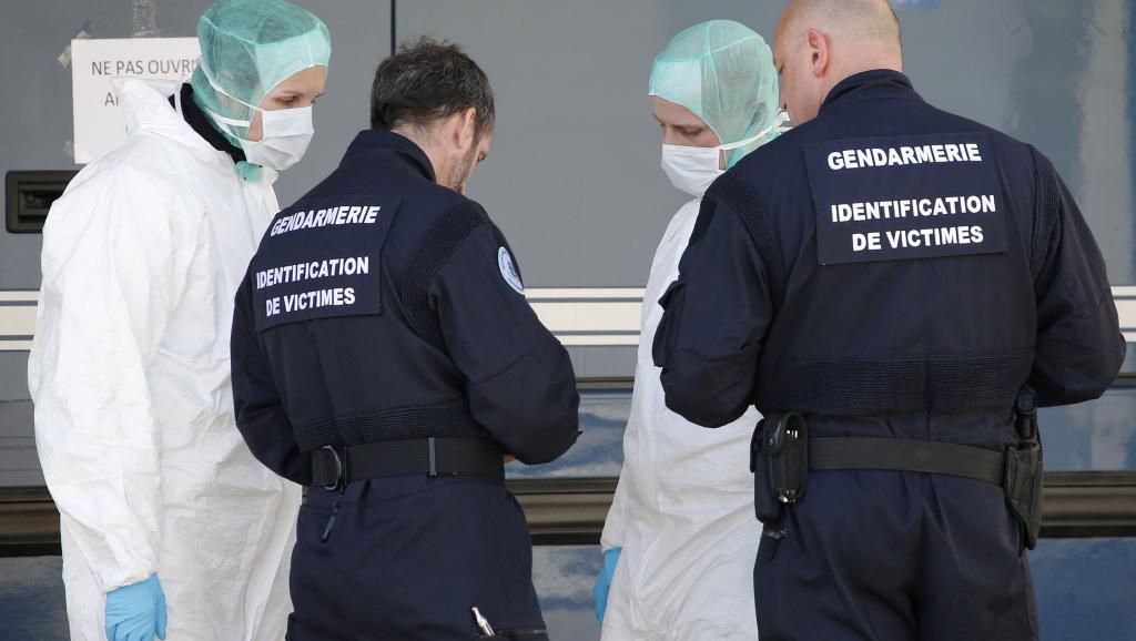 Pendant que l'enquête sur la personnalité d'Andreas Lubitz se poursuit en Allemagne, en France, légistes et gendarmes travaillent à l'identification des victimes du crash de l'airbus A320 de la Germanwings mard dernier.. REUTERS/Eric Gaillard