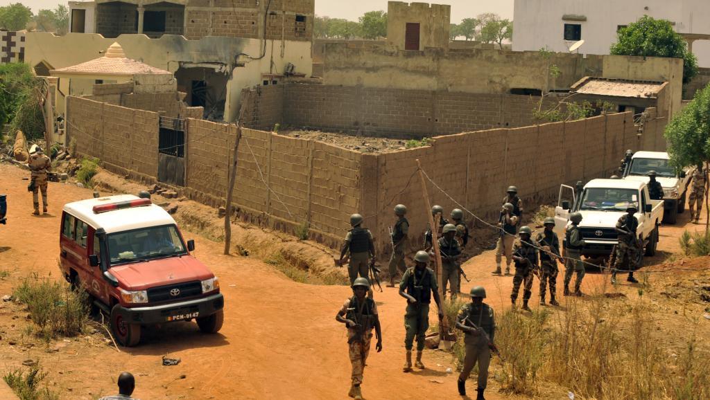 Des policiers devant la maison où a eu lieu l'explosion qui a fait un mort, vendredi 3 avril au nord de Bamako.