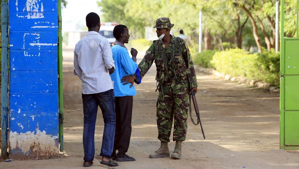 Un soldat kényan garde l'entrée du campus de Garissa, le 3 avril. REUTERS/Noor Khamis