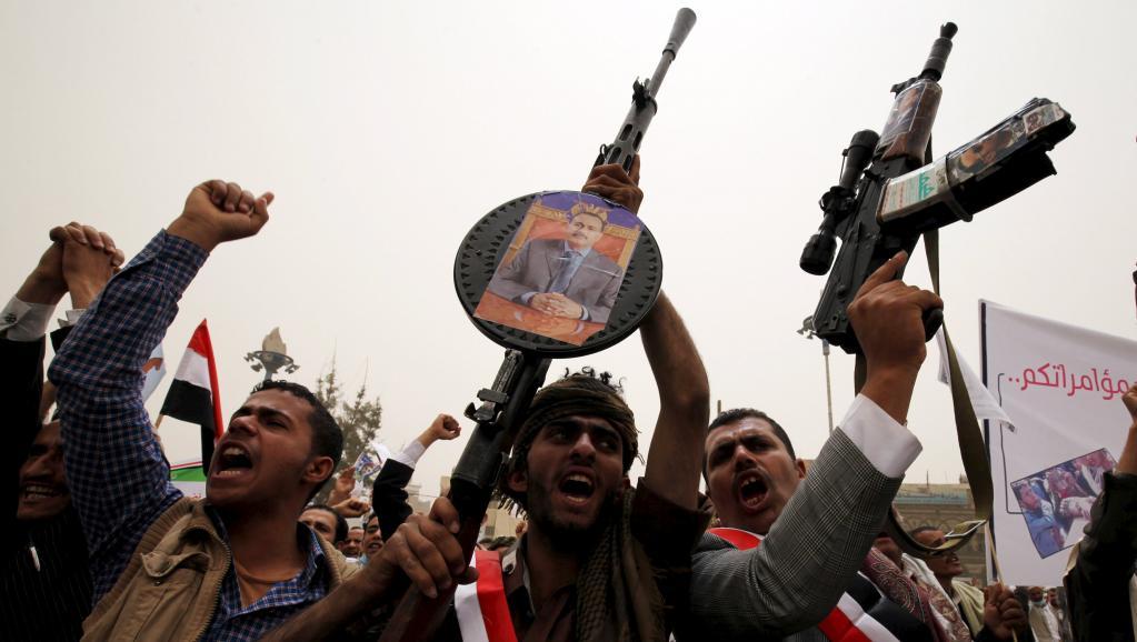 Des partisans du président Saleh en exil agitent leurs armes à Sanaa, le 3 avril 2015. REUTERS/Mohamed al-Sayaghi