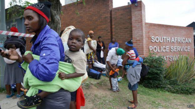Des femmes et des enfants sont prise en charge par le commissariat de Chatsworth, au sud de Durban, après une attaque à caractère xénophobe le 8 avril 2015