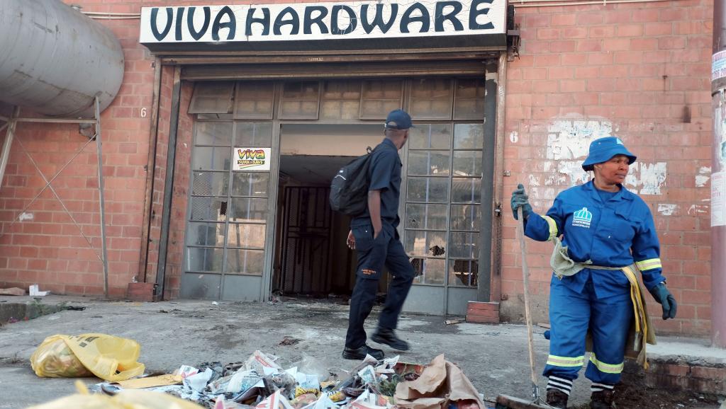 Les équipes municipales de nettoyage interviennent après le pillage d'un commerce appartenant à un Somalien, à Durban, le 10 avril 2015. AFP/RAJESH JANTILAL