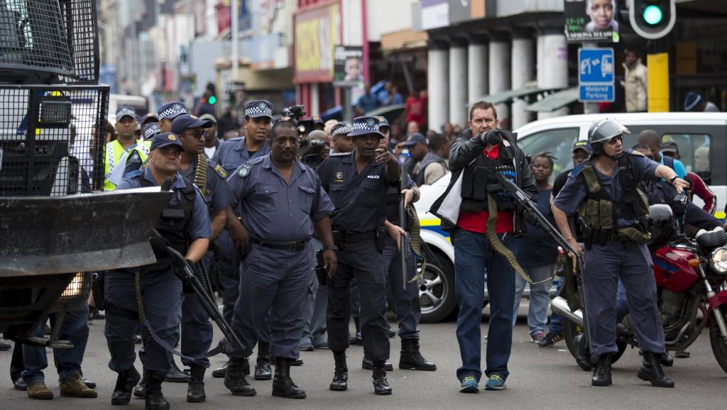Quelques incidents ont émaillé la manifestation, une cinquantaine de contre-manifestants ayant tenté de perturber cette marche pour la paix à Durban, le 16 avril 2015. REUTERS/Rogan Ward