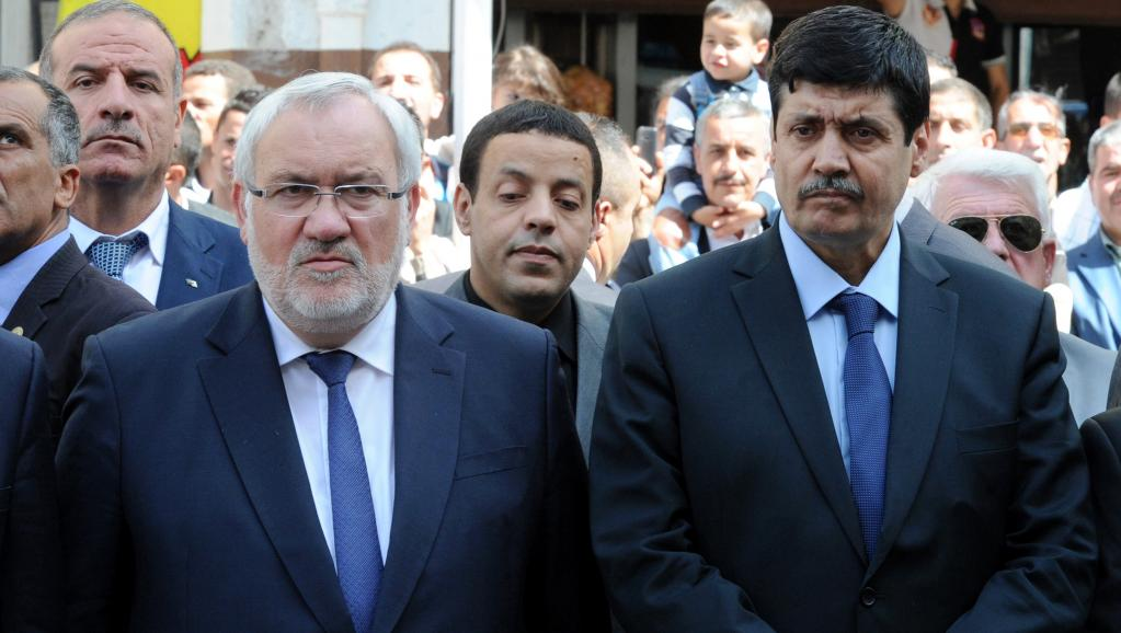 Le secrétaire d'Etat français chargé des Anciens combattants Jean-Marc Todeschini (gauche) et son homologue algérien Tayed Zitouni se recueillent devant le monument érigé en souvenir de Saal Bouzid, première victime algérienne des massacres de Sétif.
