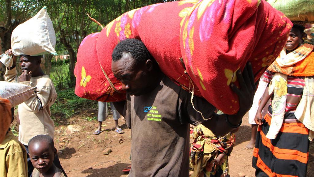 Des Burundais arrivent au centere de réfugiés de Bugesera, au Rwanda, le 3 avril dernier. De 500 recensés à cette date, ils sont passés à 17000, ce samedi 25 avril. AFP PHOTO / STEPHANIE AGLIETTI