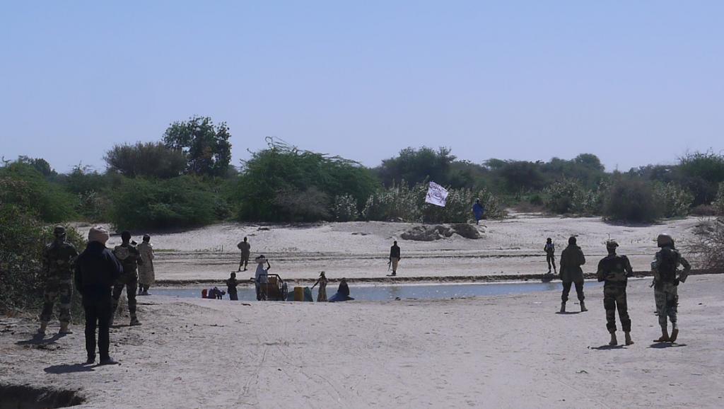Des soldats nigériens face à des combattants armés de Boko Haram en janvier 2015. Au Loin, un drapeau des jihadistes. RFI/ Nicolas Champeaux