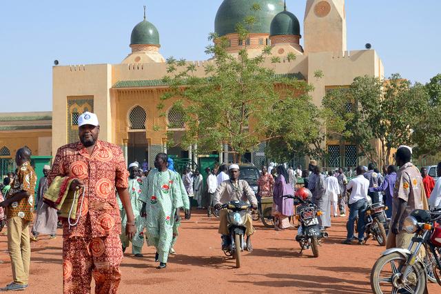 Hier, le 1er mai 2015, à la sortie de la grande mosquée de la capitale Niamey, les fidèles ont prié massivement pour les otages captifs de Boko Haram. Image: AFP