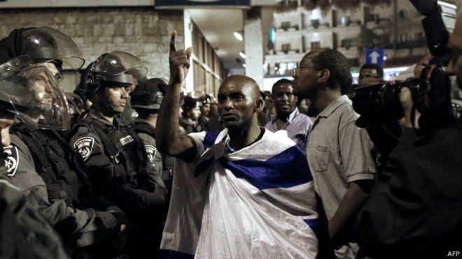 Des falashas protestent devant la résidence du PM israélien, le 30 avril 2015, après la diffusion d'une vidéo montrant des actes jugés racistes.