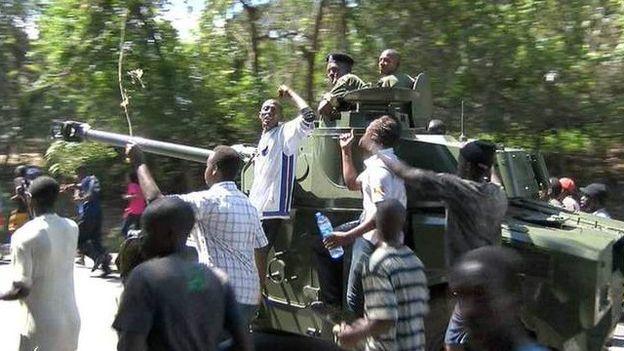 Des soldats se dirigent vers le centre ville de Bujumbura accompagnés par des manifestants.