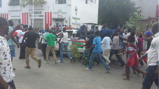 Des manifestants à Bujumbura célèbrent l'annonce d'une tentative de coup d'Etat.