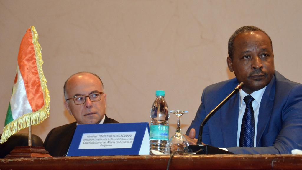 Le ministre français de l'Intérieur Bernard Cazeneuve (g.), et son homologue nigérien Hassoumi Massaoudou, le 14 mai 2015 à Niamey.