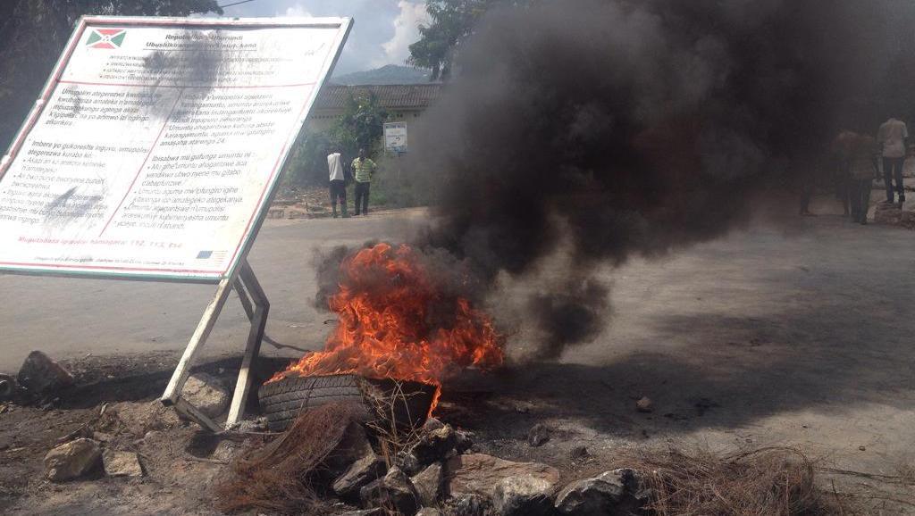 Des manifestants ont commencé à ériger de nouvelles barricades à Bujumbura. Les policiers menacent de les considerer comme des putschistes, le 15 mai.