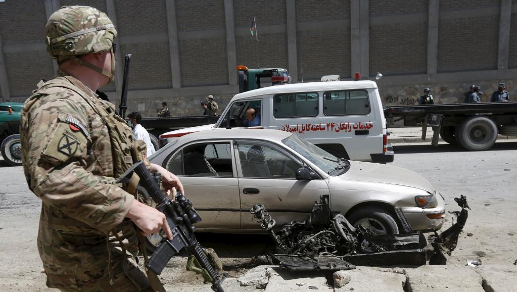 Un militaire américain sur le lieu de l'explosion à Kaboul, le 17 mai 2015. REUTERS/Omar Sobhani