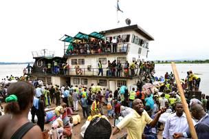 La majorités des expulsés sont de RDC. Ici, une partie d'eux arrivent par bateau en RDC après leur expulsion.