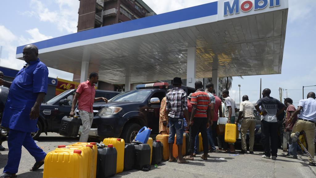 Des dizaines de personnes font la queue à une station essence de Lagos avec leur jerrican, le 21 mai 2015.