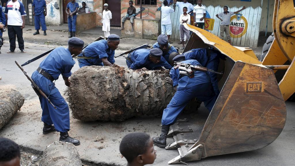 Des policiers démontent une barricade à Bujumbura le 30 mai. De nouveaux appels à manifester ont été lancés pour ce dimanche 31 mai.