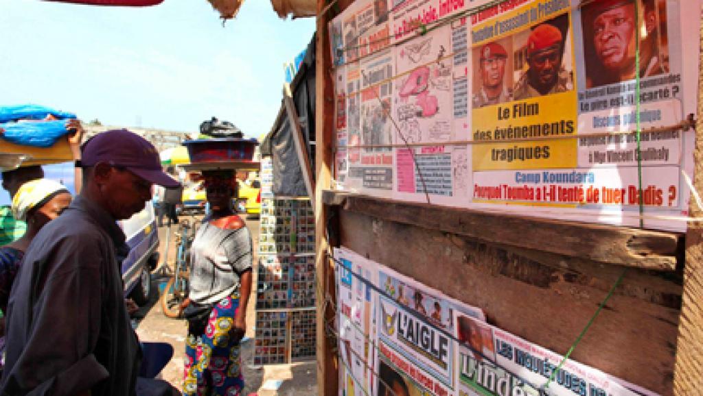 Journaux guinéens au marché de Medina à Conakry. Reuters / Emmanuel Braun