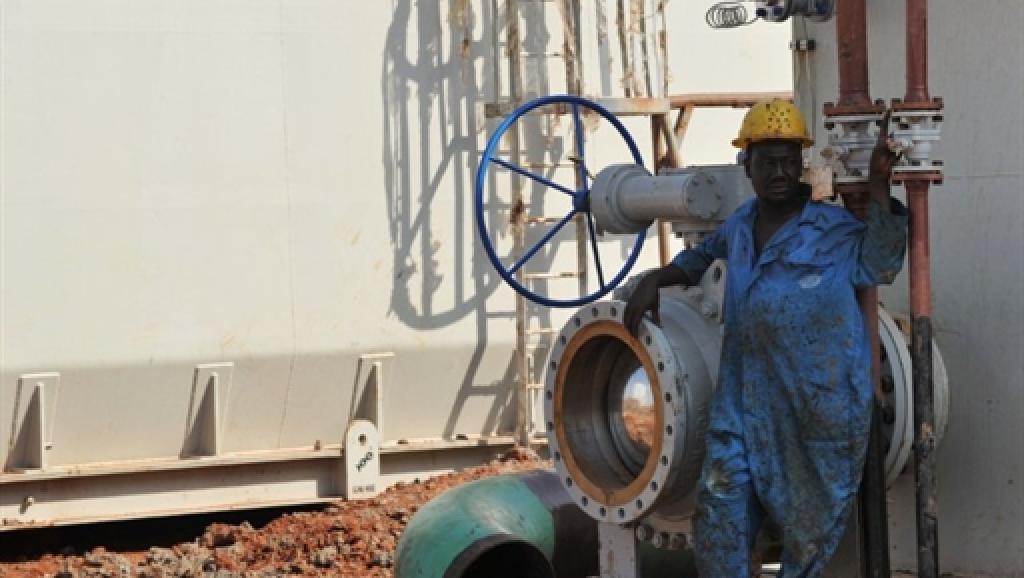 Un ouvrier sur une installation pétrolière dans l'Etat d'Unité. AFP/Roberto Schmidt