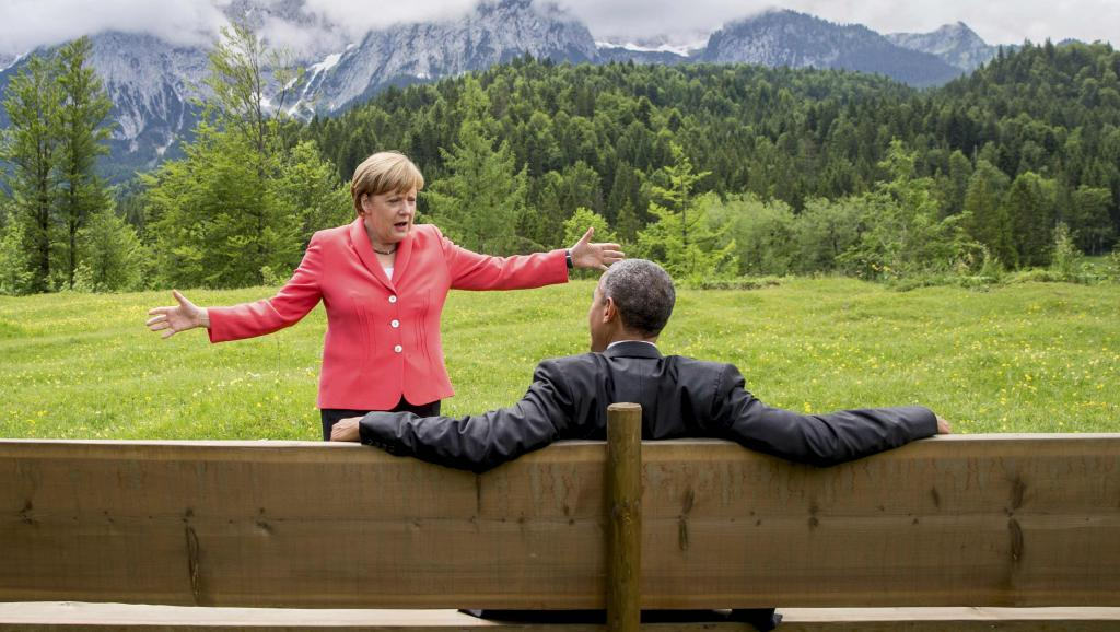 Angela Merkel, chancelière allemande, et Barack Obama, président des Etats-Unis, devisent en marge du sommet du G7 en Allemagne, le 8 juin 2015. REUTERS/Michael Kappeler
