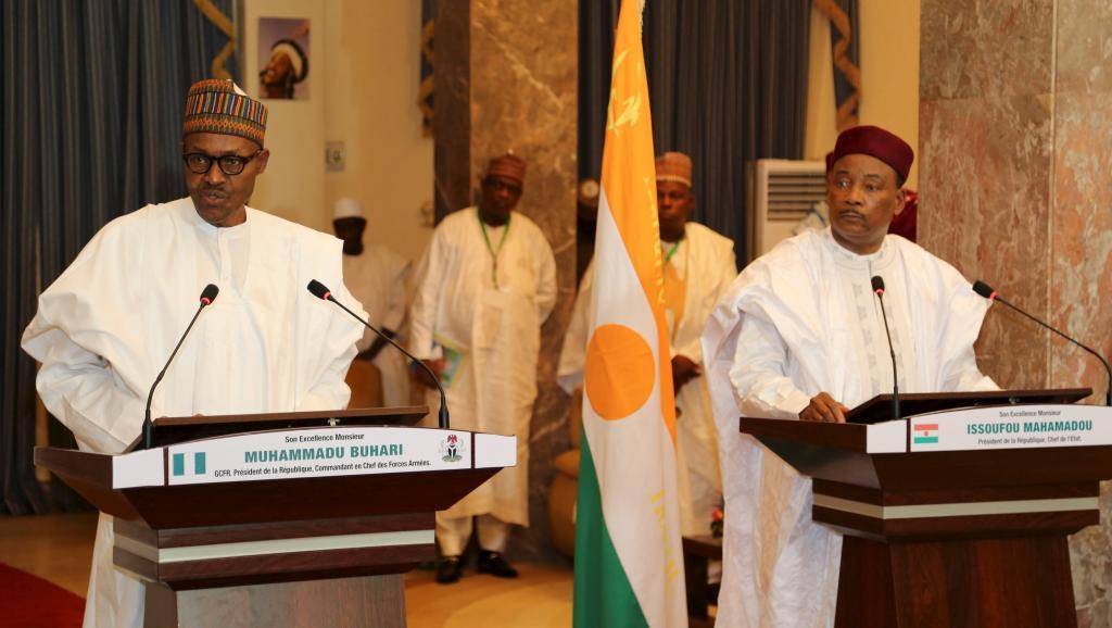 Depuis son investiture, le président nigérian Muhammadu Buhari (G) a multiplié les tournées, notamment au Niger, où il a rencontré son homologue Mahamadou Issoufou (D), pour organiser la lutte contre Boko Haram. REUTERS/Tagaza Djibo