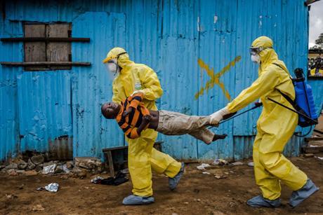 La Sierra Leone est décidée à en finir avec le virus Ebola qui continue de se propager dans ce pays d'Afrique de l'Ouest. C'est dans cette perspective que le Président sierra-léonais, Ernest Bai Koroma, a décidé, ce vendredi 12 juin 2015, un couvre-feu qui prend effet de 18h00 à 6h00 dans deux districts du nord du pays.  Cette décision, selon la Présidence, vise à atteindre zéro infection au virus Ebola à travers le pays. Le chef de l'Etat a en outre ordonné un déploiement militaire et policier massif pour identifier tous les cas d'Ebola dans les deux districts ciblés. Selon les chiffres officiels publiés jeudi, sept cas ont été enregistrés à Kambia et deux à Port Loko.  « Nous ne pouvons pas être déclarés libérés du virus Ebola tant que le pays n'arrive pas à passer 42 jours sans enregistrer un nouveau cas (...). Nous devons continuer à signaler tous les cas des malades et des morts aux autorités compétentes afin qu'ils fassent un enterrement en toute sécurité et dans la dignité jusqu'à ce que nous atteignons zéro infections » a indiqué le Président Ernest Bai Koroma, qui a insisté pour que le peuple à reste vigilant face à la propagation de la maladie.