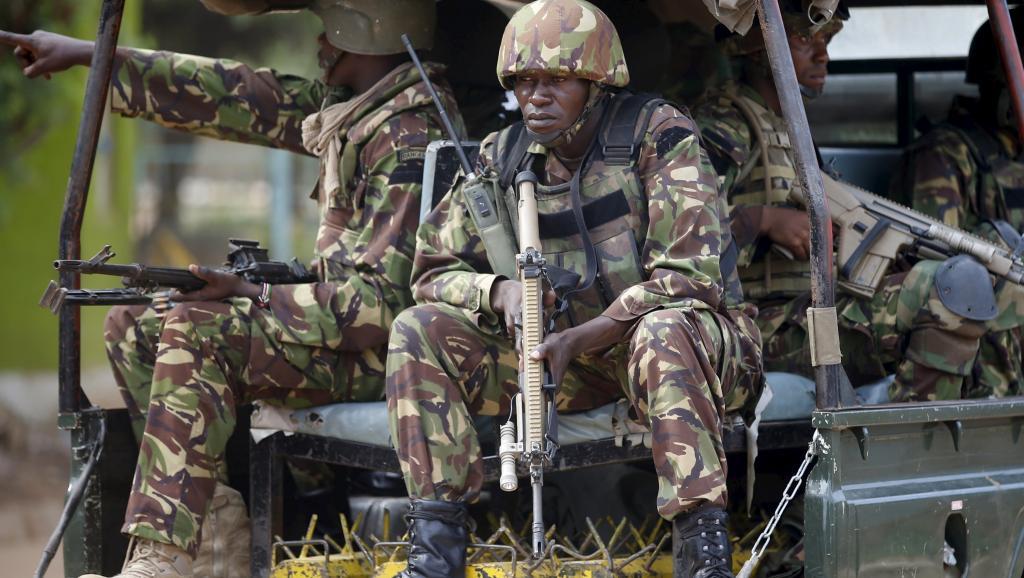 Des soldats kényans à leur arrivée à l'université de Garissa, samedi 4 avril, après l'attaque meurtrière lancée par les terroristes shebabs. REUTERS/Goran Tomasevic