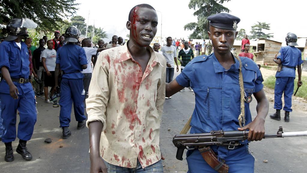 Un manifestant blessé, interpellé par un policier, au cours des heurts du 27 avril dernier. REUTERS/Thomas Mukoya