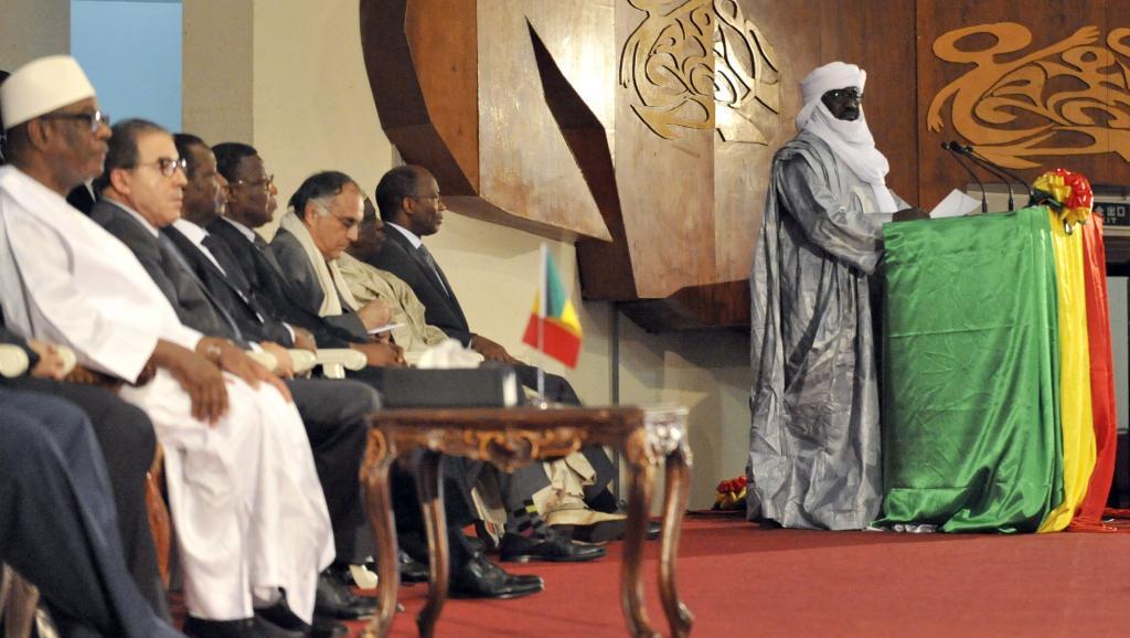 La président malien Ibrahim Boubacar Keïta (en blanc à gauche) écoute le discours de Mahamadou Djeri Maïga, vice-président de la Coordination des mouvements de l'Azawad, après la signature de l'accord de paix. AFP PHOTO / HABIBOU KOUYATE