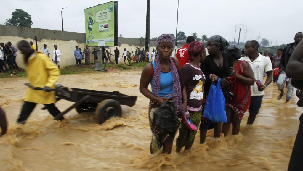Durant la saison des pluies, les intempéries font régulièrement des victimes à Abidjan. L'été dernier, une trentaine de personnes sont mortes dans les inondations. REUTERS/Luc Gnago