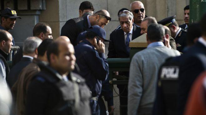 Le procureur général d'Egypte a été blessé lundi au cours de l'explosion d'une bombe placée à côté de sa voiture.