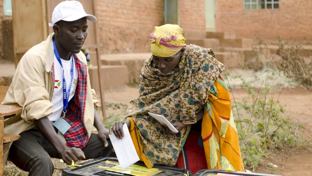 Une femme vote dans la province de Ngozi, au Burundi, lors des élections législatives et communales, le 29 juin 2015.