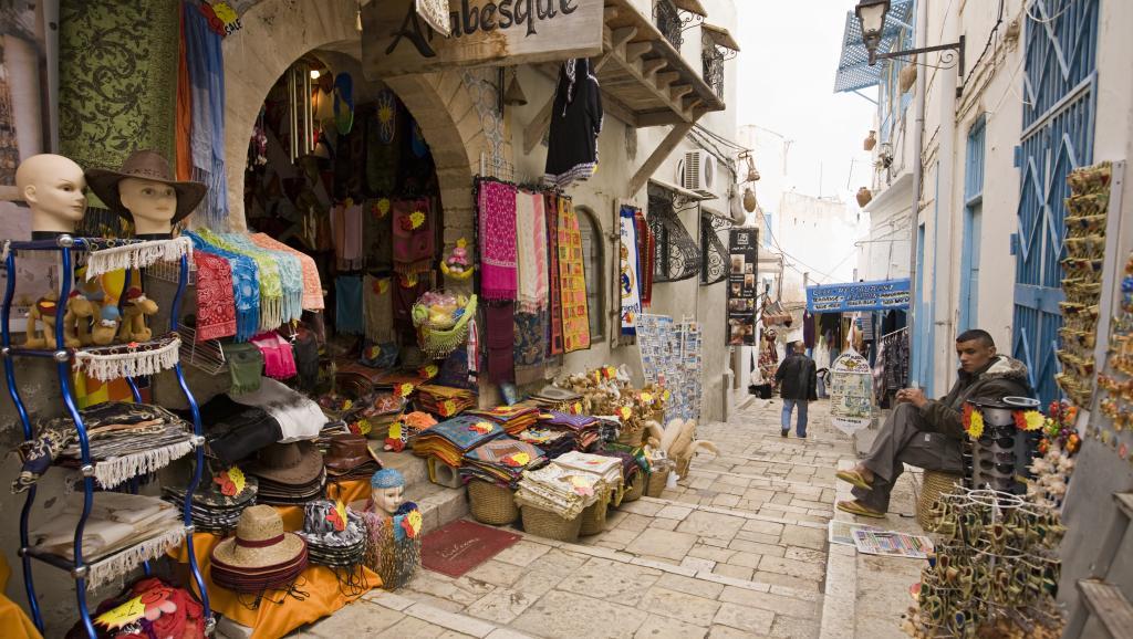 En Tunisie, la saison touristique 2015 est largement impactée par l'attentat de l'hôtel Riu Imperial Marhaba de Port el-Kantaoui. En cinq jours, 8000 à 10000 annulations ont été enregistrées.