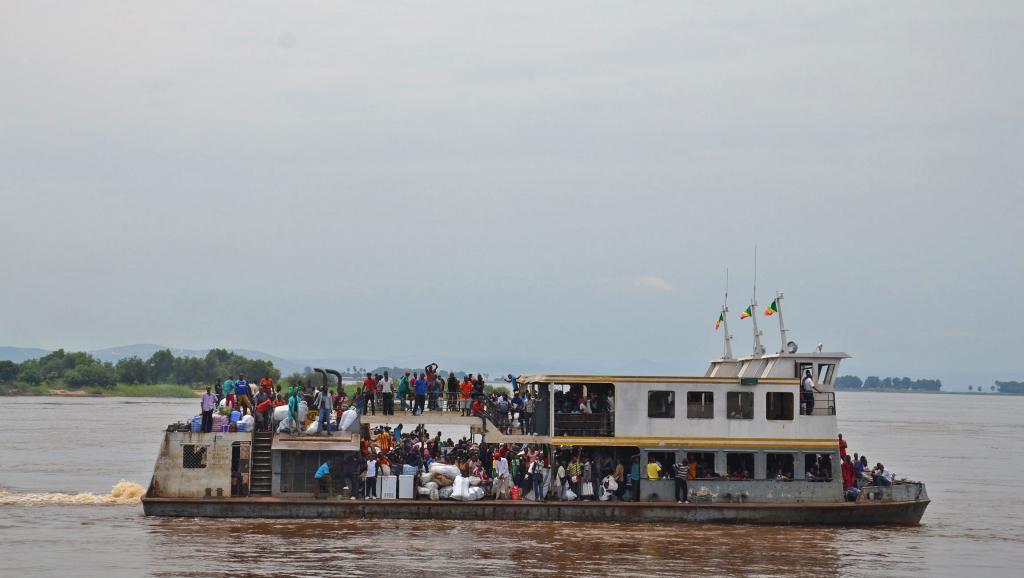 Un bateau du Congo ramenant en RDC des Congolais expulsés ou qui ont fui craignant une expulsion violente. RFI/Habibou Bangré