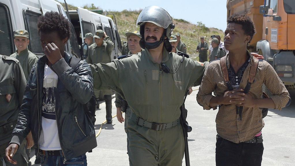 Le 2 juillet, après un ultimatum de 24 heures adressé par le ministère de l'Intérieur, les forces de police ont ivesti le quartier de Boukhalef, à Tanger, pour une vaste opération d'expulsion de migrants subsahariens. AFP PHOTO / FADEL SENNA