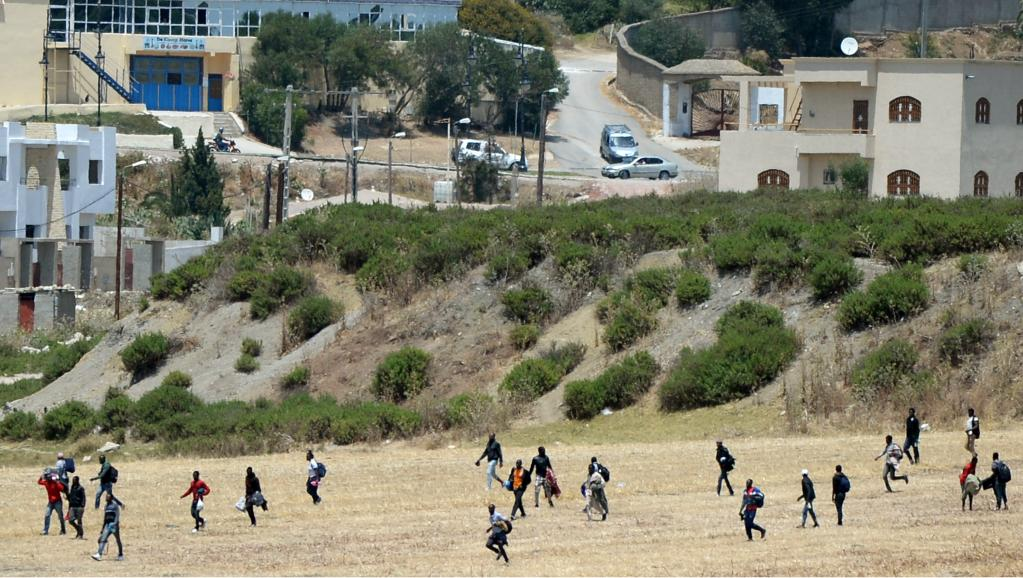 Des migrants subsahariens fuyant une opération de police, le 2 juillet 2015 à Tanger. AFP PHOTO / FADEL SENNA